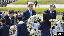 Джон Керри в Мемориальном парке мира в Хиросиме, 11 апреля 2016