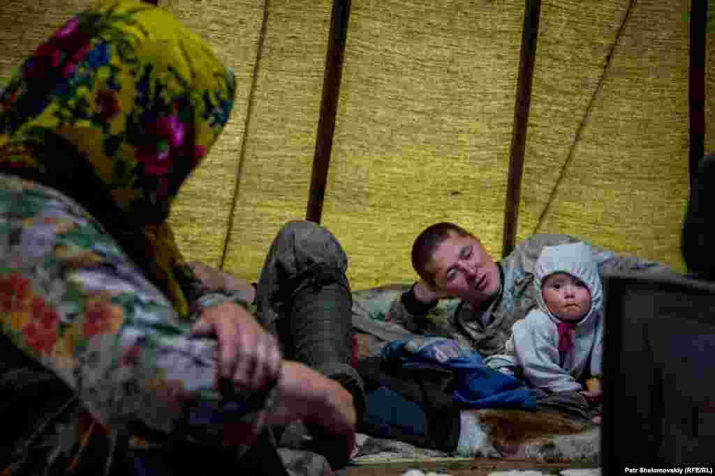 Виталий Мултанов с дочерью Виталиной и матерью Любовью живут на земле, которую арендует нефтяная компания