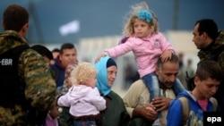Сирийские беженцы пытаются сесть в поезд на границе Македонии и Греции