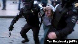 Дарья Сосновская во время задержания, 10 августа 2019 года, Москва