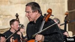 Сергей Ролдугин во время концерта в Пальмире 6 мая 2016 года
