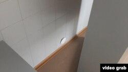 Дыра в стене в комнате 124, через которую передавались пробы