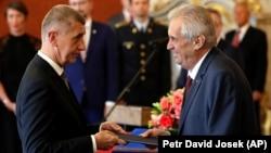 Президент Чехии Милош Земан (справа) назначает миллиардера Андрея Бабиша премьер-министром в июне 2018 года
