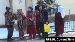 Жители поселка Истиклол