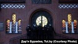 ОМОН блокирует вход в Красный костел в Минске, 26 августа. Фото: Дарья Бурякина, TUT.BY
