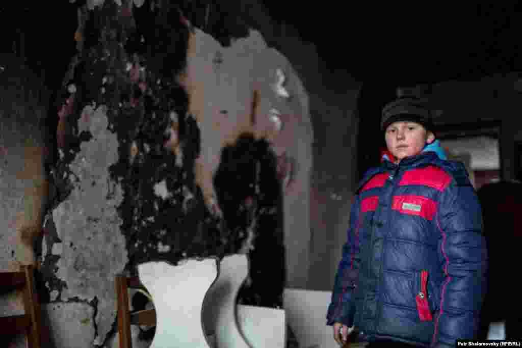 Мальчик внутри своего разрушенного дома: Дебальцево, Донецкая область Украины. 3 февраля 2015
