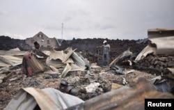 Жители осматривают руины разрушенных после извержения домов. Фото: Reuters