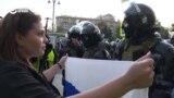 ОМОН выгоняет с площади девушку с флагом России