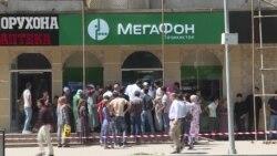 Люди в Таджикистане стоят в очереди за сим-картами