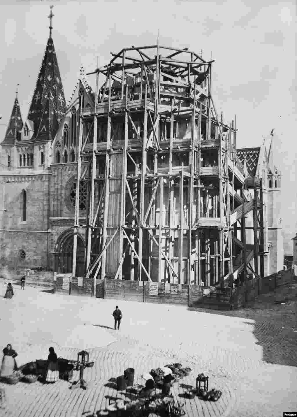 Церковь Матьяша, расположенная недалеко от Будайского замка, во время реконструкции. 1893 год. Здание было построено в XIV веке, но перестраивалось в конце XIX века. В ходе реконструкции фасад церкви украсили декоративными элементами: например, горгульями и узорчатой черепичной крышей