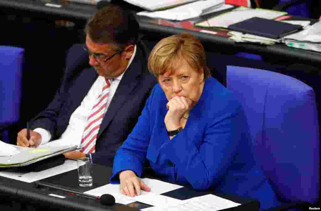 """26 июня канцлер Германии Ангела Меркельпредложиладепутатам при голосовании о возможном разрешении однополых браков принимать решение самостоятельно – """"по зову совести"""".Сама Меркельголосовалапротив,объяснив, что для нее брак – """"это союз мужчины иженщины"""""""