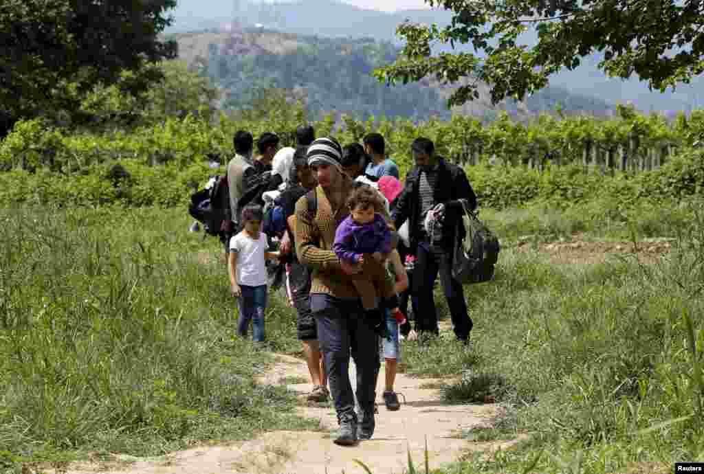 Сирийские иммигранты возвращаются в Грецию после того, как пограничники развернули их на границе Македонии