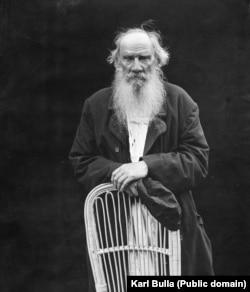 Лев Толстой в Ясной Поляне в 1908 году. Фотосессия проходила по поводу 80-летия писателя