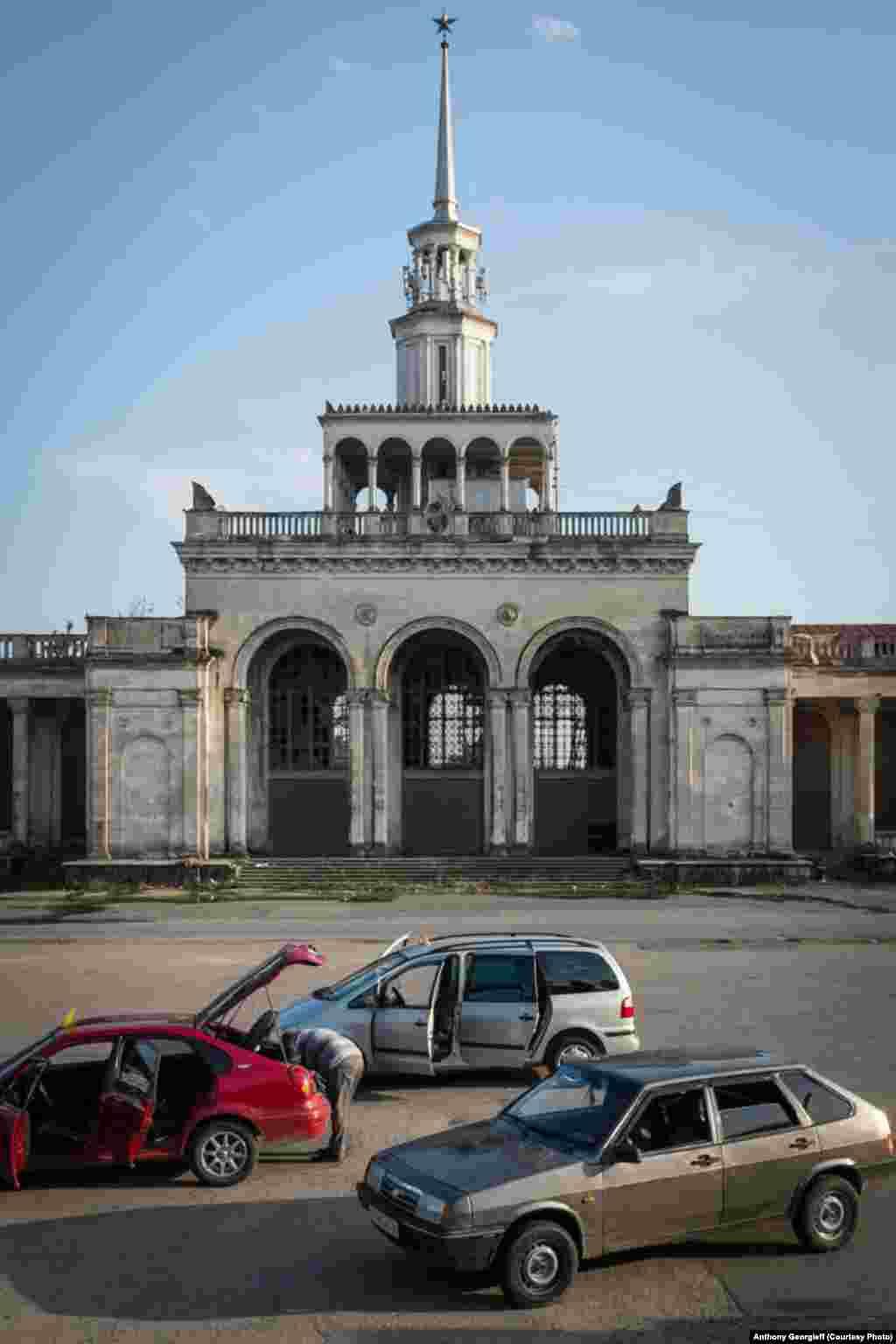 Здание Центрального вокзала в Сухуми. Поезда здесь давно не ходят.