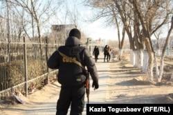 Боец спецотряда во время режима ЧП в Жанаозене. 19 декабря 2011 года. Фото: RFE/RL