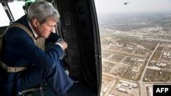 Госсекретарь США Джон Керри осматривает Багдад из вертолета 10 сентября 2014 года