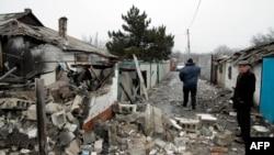 Жители одной из деревень в окрестностях Донецка, попавшей под обстрел