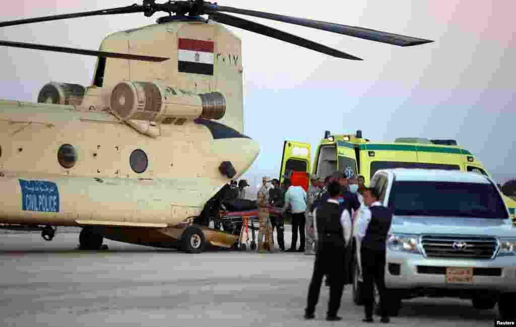 Египетские солдаты выгружают тела погибших из военного вертолета