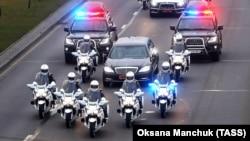 Кортеж избранного президента Беларуси Александра Лукашенко в сопровождении почетного эскорта из семи мотоциклистов у Дворца Независимости, где состоялась церемония инаугурации, 6 ноября 2015 года