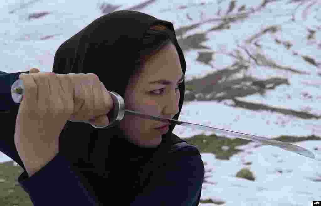 Она – не первая женщина, которая владеет ушу. Мастерами этого боевого искусства были многие китайские монахини, а некоторые императоры даже нанимали женщин-бойцов в качестве телохранителей
