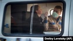 Сотрудник Роспотребнадзора тестирует девушку на наличие коронавируса