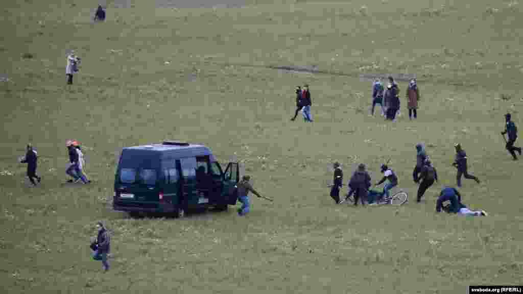 """""""Сафари"""" на поле у Куропат. 1 ноября во время очередного марша протеста силовики жестоко задерживали людей, направлявшихся в урочище Куропаты. При этом они использовали светошумовые гранаты и на микроватобусах преследовали митингующих по полю."""