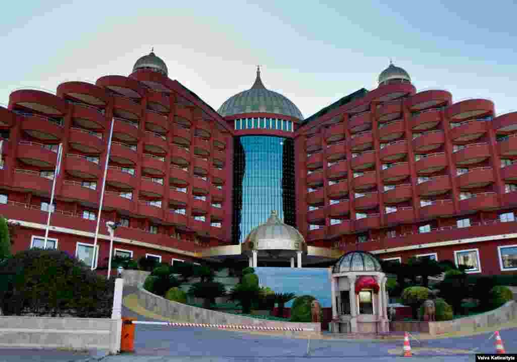 Пятизвездочный отель Delphin Palace тоже популярен среди российских туристов, посещавших этот прибрежный курорт каждый год