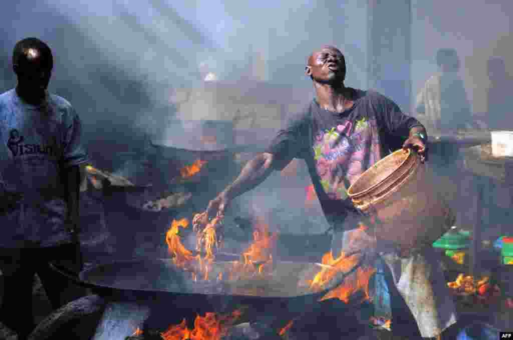 В Танзании прекрасно развита рыбная промышленость. На уличных рынках африканской страны свежевыловленных осьминогов и рыбу тут же готовят на глазах у покупателей. На фото –рынок Кивукони в крупнейшем городе Танзании, Дар-эс-Салам
