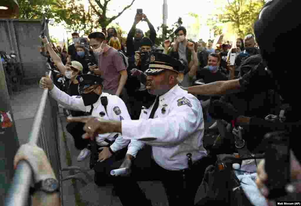 Заместитель начальника полиции Филадельфии Мелвин Синглетон преклонил колено и призвал других полицейских присоединиться к нему. Филадельфия, 1 июня 2020