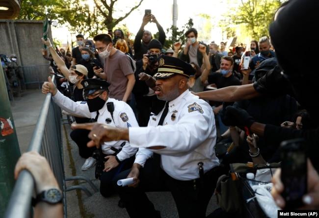 Замглавы полицейского департамента Филадельфии Мелвин Синглтон опускается на колено во время акции 1 июня 2020 года.
