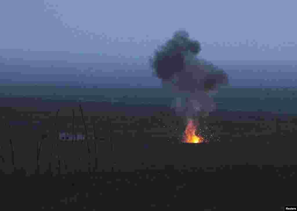 На фото – догорают части подстреленного беспилотника в Нагорно-Карабахской республике в районе Мардакерта, 4 апреля 2016