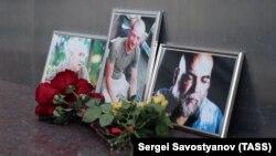 Цветы у Дома журналиста в память об Орхане Джемале, Александре Расторгуеве и Кирилле Радченко, убитых в Центральноафриканской Республике журналистах