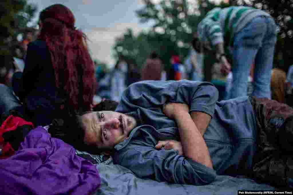 Многие люди остаются ночевать на месте протестной акции Фото от 27 июня с проспекта Баграмяна