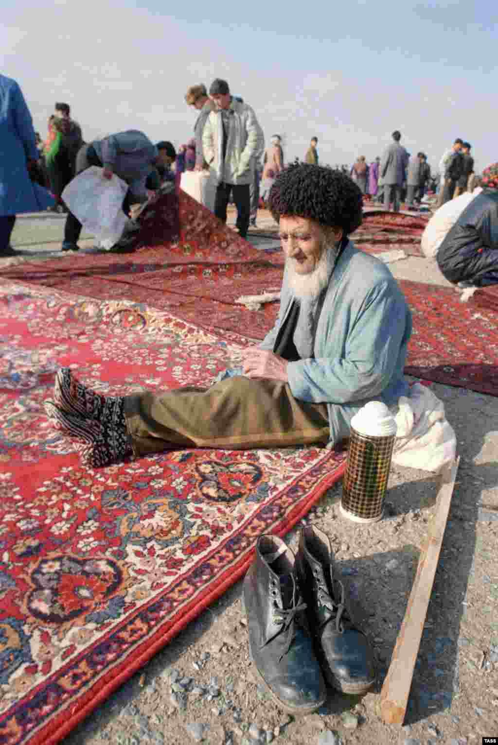 В Туркменистане ковер –национальное достояние. По всей стране раскиданы рынки, где торгуют коврами. На фото – блошиный рынок в окрестностях Ашхабада