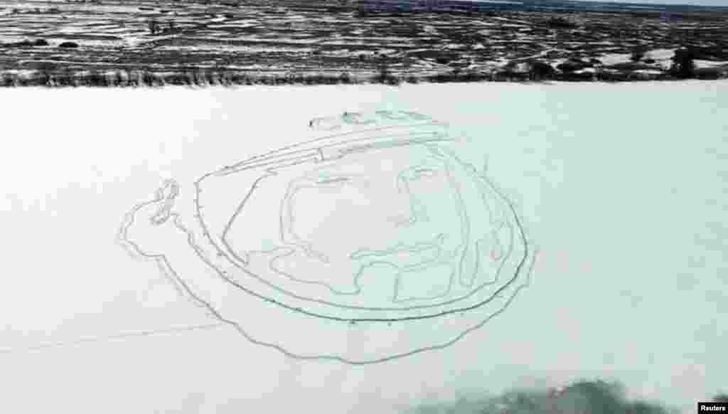 В честь 55-летнего юбилея первого полета в космос российские активистыАлексей Бусаров и Олег Буцкий нарисовали на льду замерзшего озера гигантский портрет Юрия Гагарина – при помощи навигационных приборов и лопат