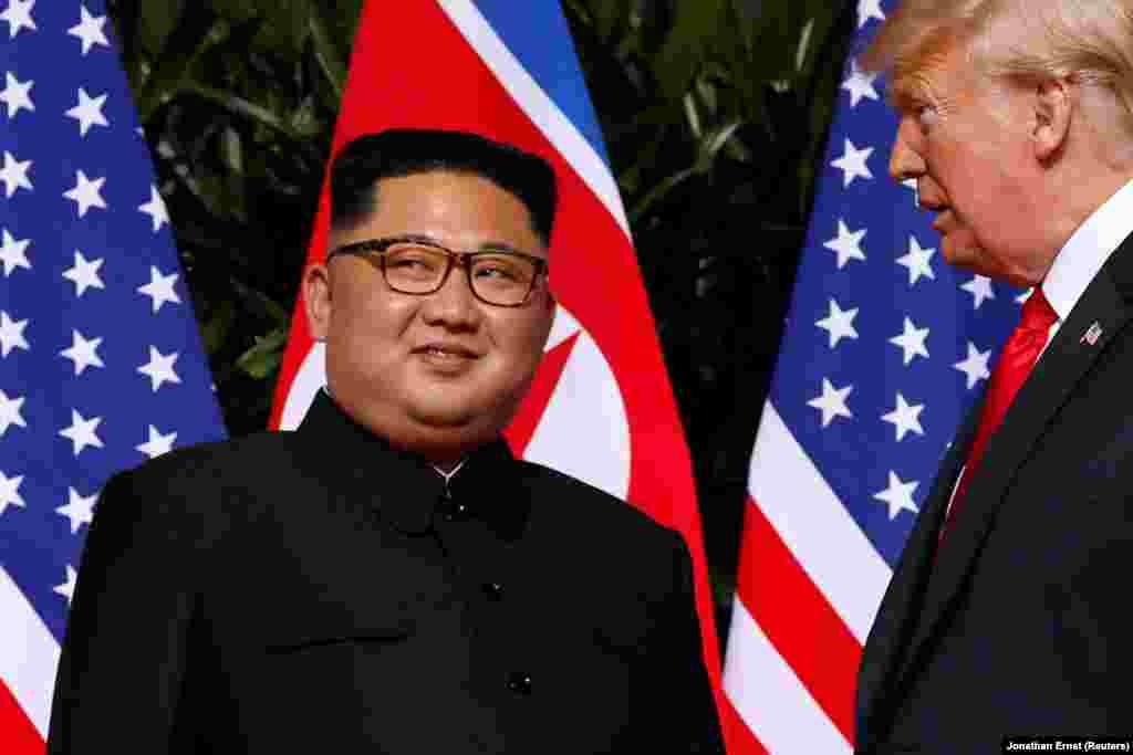 Фотосессия на фоне флагов двух стран