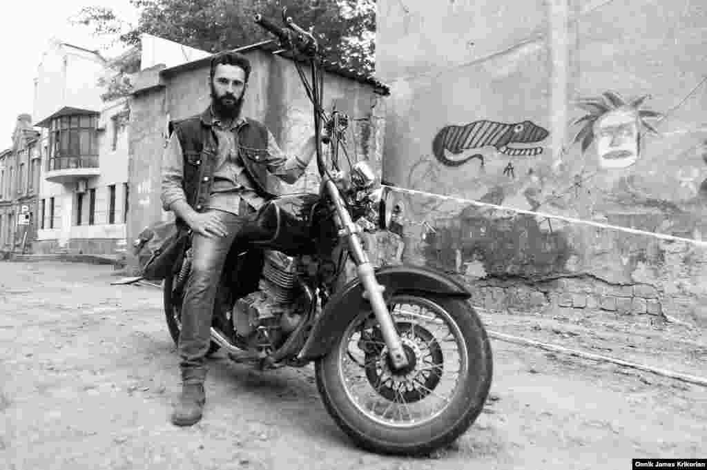 Байкеры открыли собственный бар рядом с Тбилисским оперным театром На фото - 24-летний Николоз Коберидзе на мотоцикле рядом с баром клуба Cross Riders