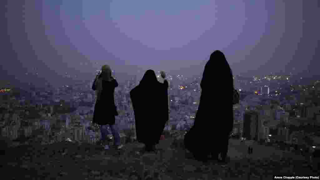 Женщины фотографируют Тегеран