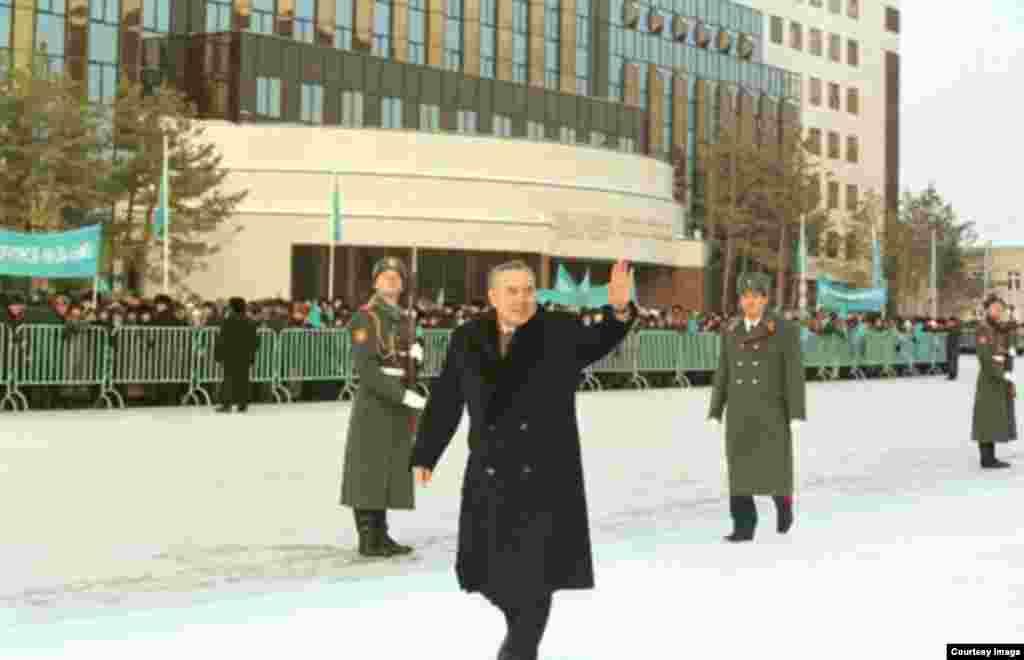 В 1999 году инаугурация президента проходила 20 января в Конгресс-холле Астаны. Назарбаев прошел пешком из служебного кабинета в старой резиденции до здания Конгресс-холла. На выборах 1999 года он, по данным ЦИК, набрал 80 процентов голосов.