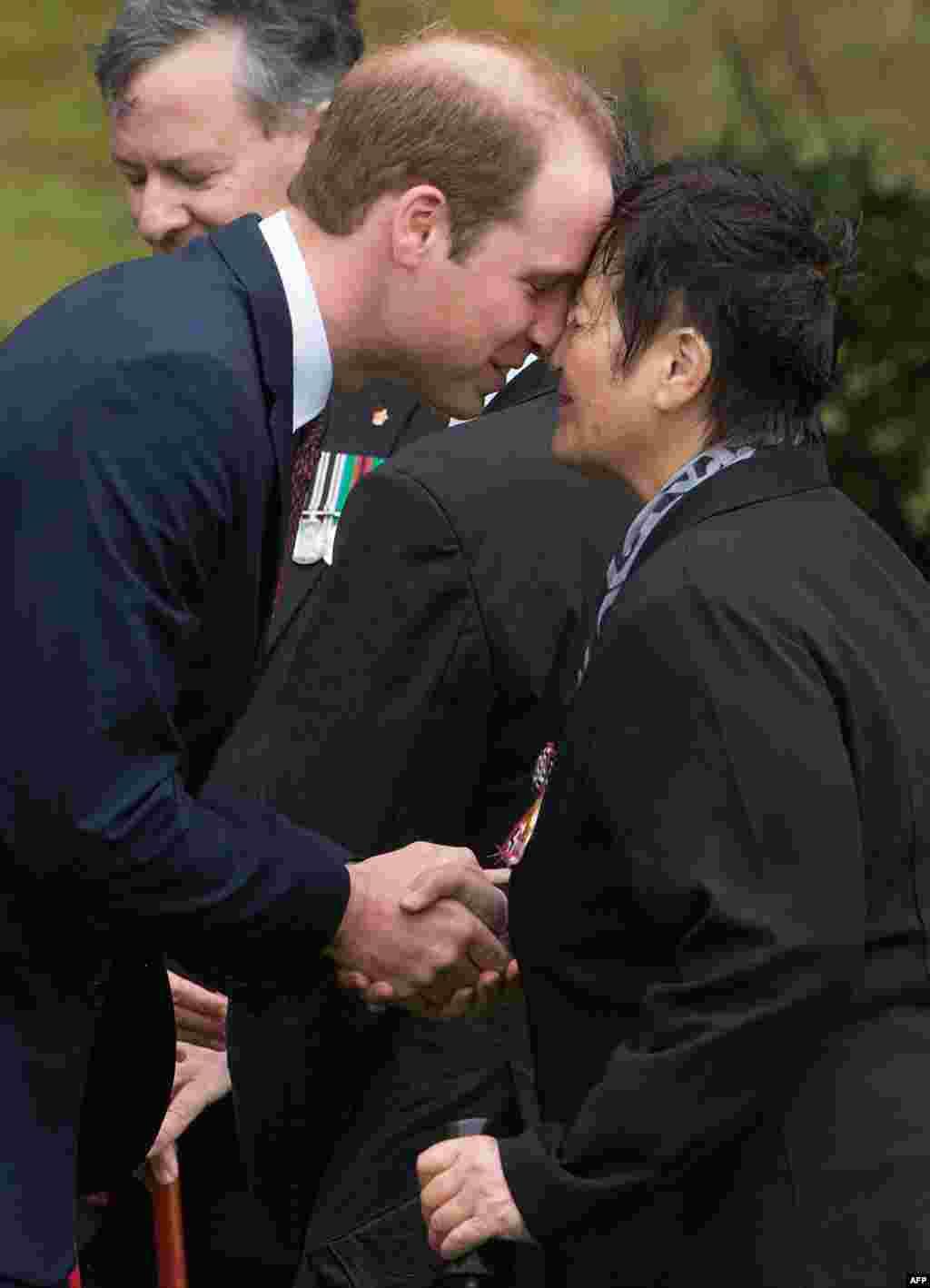"""Данный вид приветствия у Маори называется """"хонги"""" На фото - принци Уильям приветствует старейшину Маори во время поездки в Новую зеландию в 2014 году"""