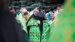 Ukraine -- Orthodox clergymen and worshipers take part in a prayer for peace in the eastern city of Luhansk, June 9, 2014