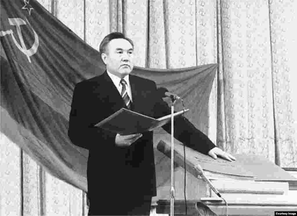 Первая инаугурация Нурсултана Назарбаева проходила в Алматы с участием депутатов Верховного Совета. На этой церемонии не было военного парада и кортежа. Назарбаев, избранный президентом Казахской ССР, вступил в должность президента Республики Казахстан. Это произошло через два дня после Беловежский событий, во время которых было объявлено о роспуске СССР.