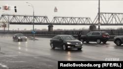 Кортеж Яценюка на перекрестке улиц Электриков и Набережно-Рыбацкой
