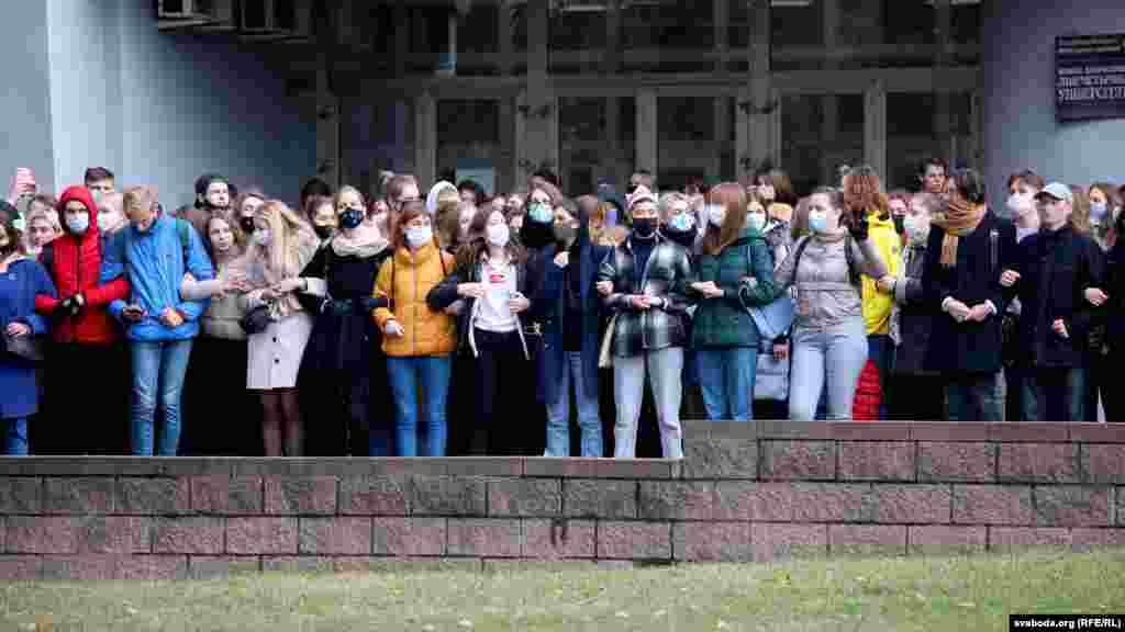 Студенты МГЛУ стоят в сцепке перед входом в свой университет, 26 октября, Минск. Студенты девяти вузов Беларуси присоединились к всеобщей забастовке, объявленной Светланой Тихановской.