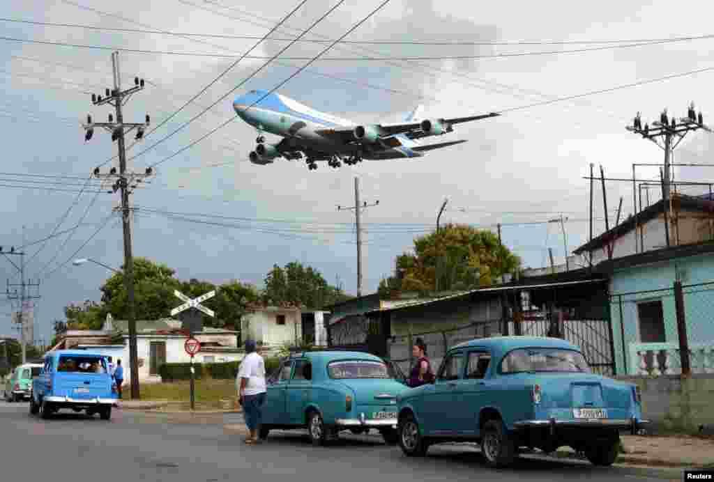 """В марте 2016 года американский президент Барак Обама прилетел на Кубу с историческим визитом. Фотограф агентства Reuters Альберто Рейес знал точно, где ему нужно встать, чтобы запечатлеть этот момент. По словам фотокорреспондента, в поисках ему помогли местные жители, для которых этот визит имел огромное значение. """"Соседи, которые кричали, шум двигателя этого огромного самолета, летевшего так низко над домами и доли секунд, за которые я должен был успеть сделать этот снимок – все это сложилось в один незабываемый момент"""", – рассказал Альберто."""