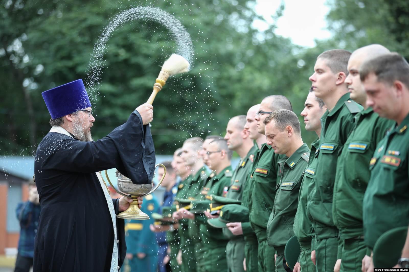 Призывники в военкомате во время окропления святой водой. 5 июля 2019 года. Фото: ТАСС