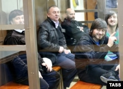 Рустам Махмудов, Лом-Али Гайтукаев, бывший сотрудник МВД Сергей Хаджикурбанов, Джабраил Махмудов и Ибрагим Махмудов (слева направо) в суде, 15 января 2014