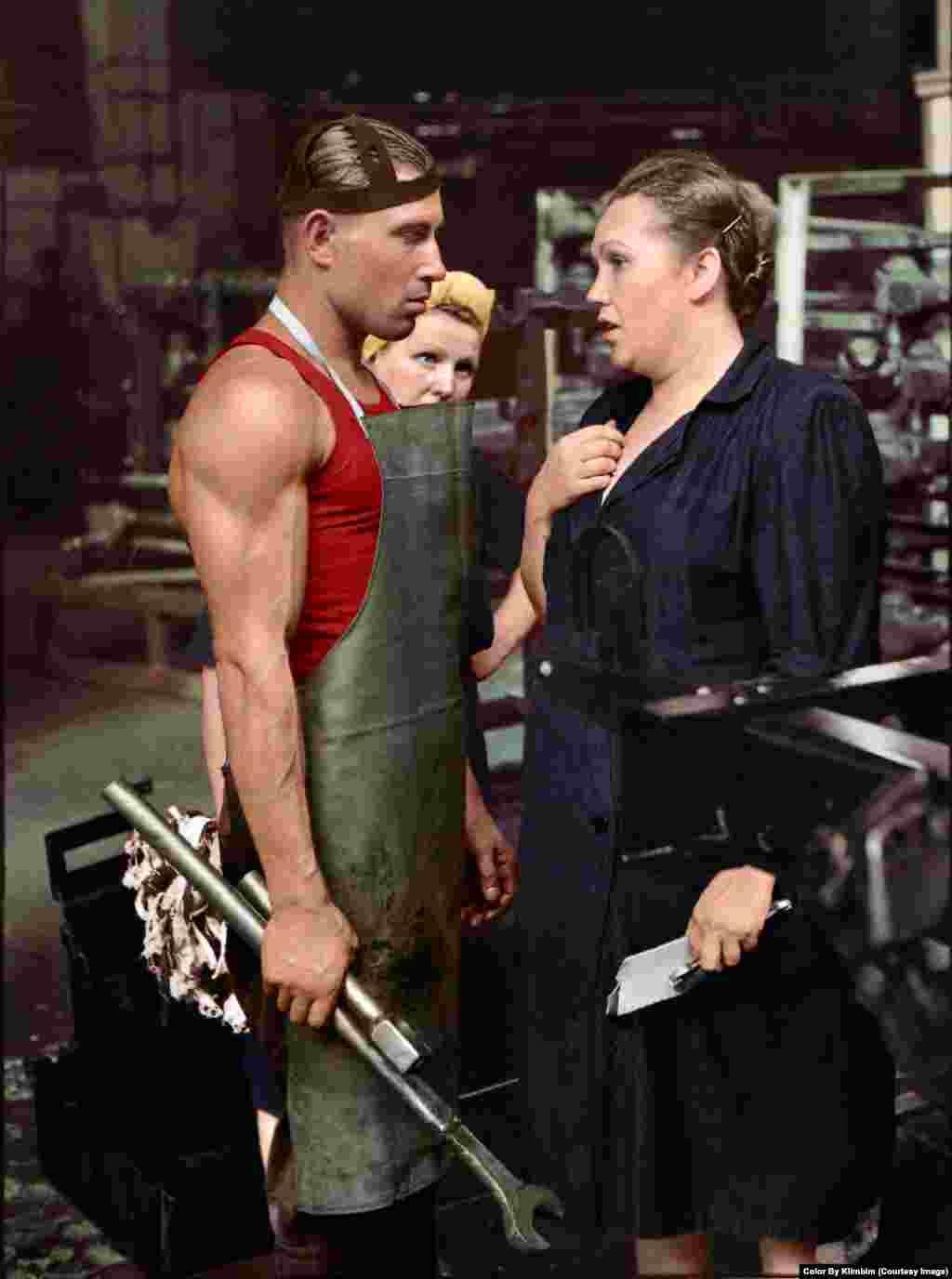 На фото – работник и его начальник на Московском автомобильном заводе, 1954 год