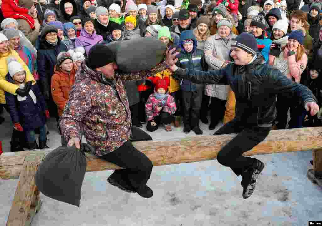 Традиционные бои подушками. Красноярск, Россия