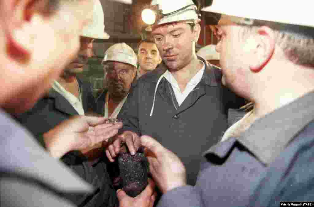Первый зампред правительства России Борис Немцов в шахте «Октябрьская-Южная», 1998 год/ Фото ТАСС